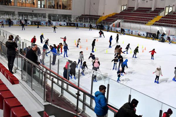 """Yaşasın tatil """"Büyükşehir Belediyesi'nden ücretsiz buz pisti keyfi"""