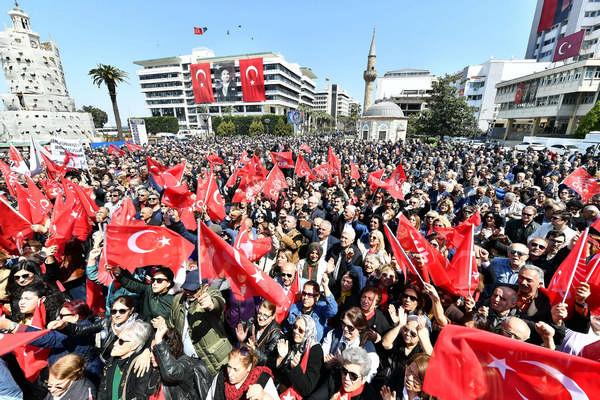 Kemal Kılıçdaroğlu'na yapılan saldırıyı İzmirliler Konak Meydanında kınadı