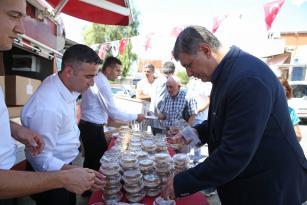 Karşıyaka'da aşure bereketi 10 bin kişi aşure lokmasını paylaştı