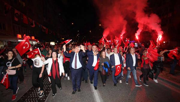 Karabağlar Belediyesi'nin düzenlediği Cumhuriyet Yürüyüşü'ne binlerce kişi katıldı.