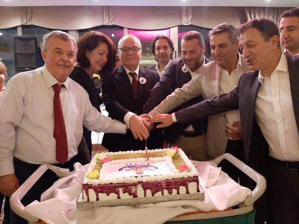 İzmir iş dünyası derneği genel kurulunu yaptı Feyyaz Sungur güven tazeledi