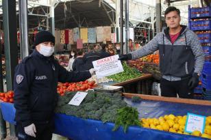 Bergama'da pazarda esnaf ve vatandaşa eldiven ve kolonya dağıtılıyor,