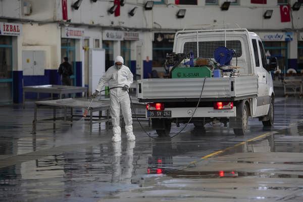 İzmir Balık Hali dezenfekte edildi