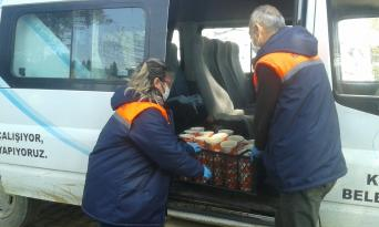 İzmir'in Kiraz Belediyesi, günde 200 aileye sıcak yemek dağıttı,
