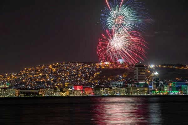 İzmir'de yüzüncü yıl coşkusuyla yer gök aydınlandı
