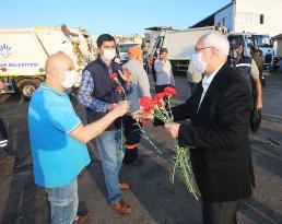 Başkan Selvitopu 1 Mayıs'ı, temizlik işçileriyle birlikte kutladı.
