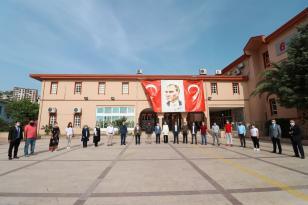 Bergama'da 19 Mayıs için Atatürk Anıtı'na çelenk