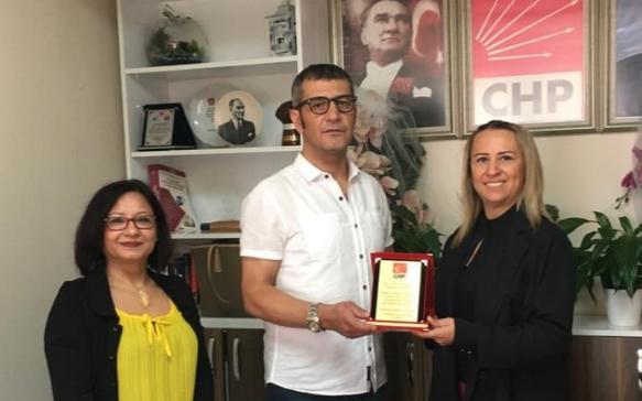 CHP Bayraklı İlçe Örgütünden, Uzman Sosyolog Terapist Kürşat Şahin Yıldırımer'e teşekkür plaketi