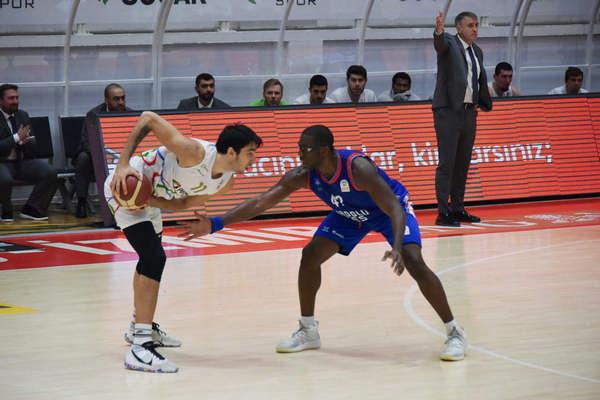 ING Basketbol Süper Ligi'nin 11. haftasında Anadolu Efes, Aliağa'da 75-71 kazandı.