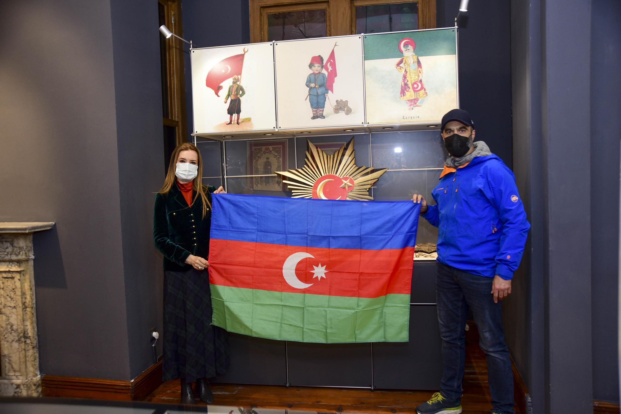 20 YILLIK YOLDAŞI AZERBAYCAN BAYRAĞI'NI DEÜ'YE ARMAĞAN ETTİ